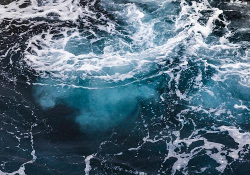 Abismo representado en las secuencias de un remolino en el mar
