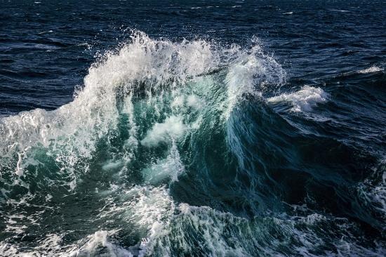 Estas imágenes  han sido realizadas en lugares muy distantes, en dos océanos que sin embargo nos muestran la misma danza de las olas.   Archipiélago  Canario ,Océano Atlántico      Archipiélago