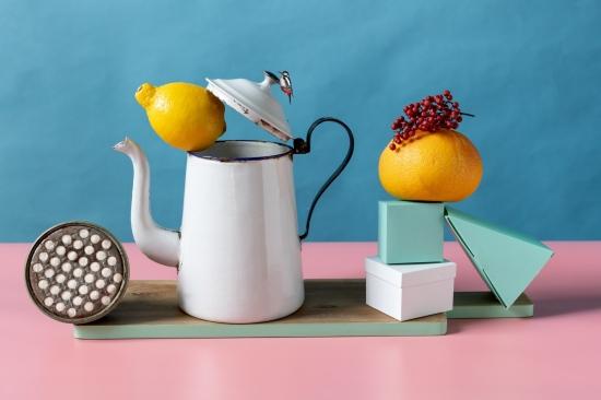 bodegon cafetera blanca con limon