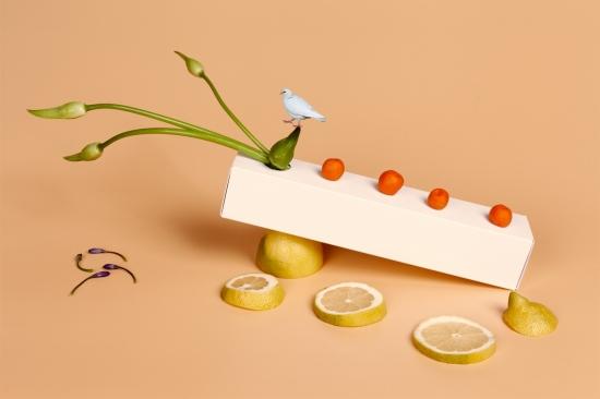 bodegon de naranjas chinas sobre caja blanca