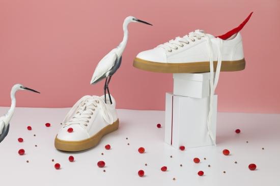 bodegon de zapatillas blancas con pimiento rojo