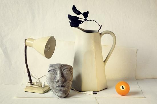bodegon de jarra con máscara y bola de billar