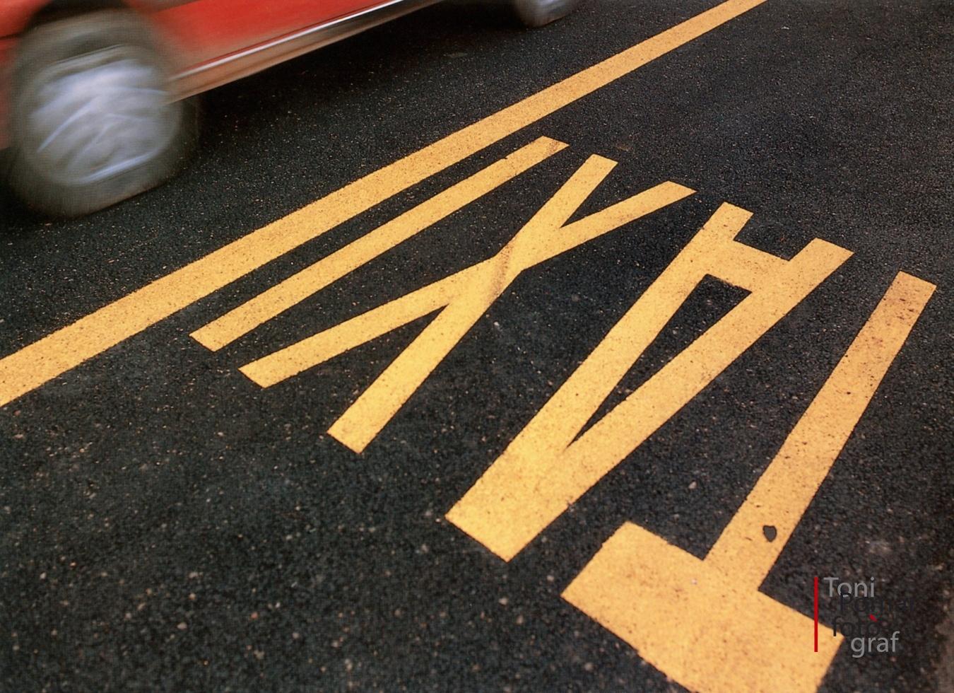 Fang amb cotxes de lloguer, taxis que porten viatgers decrèpits - Eivissa as New York - Eivissa as New York
