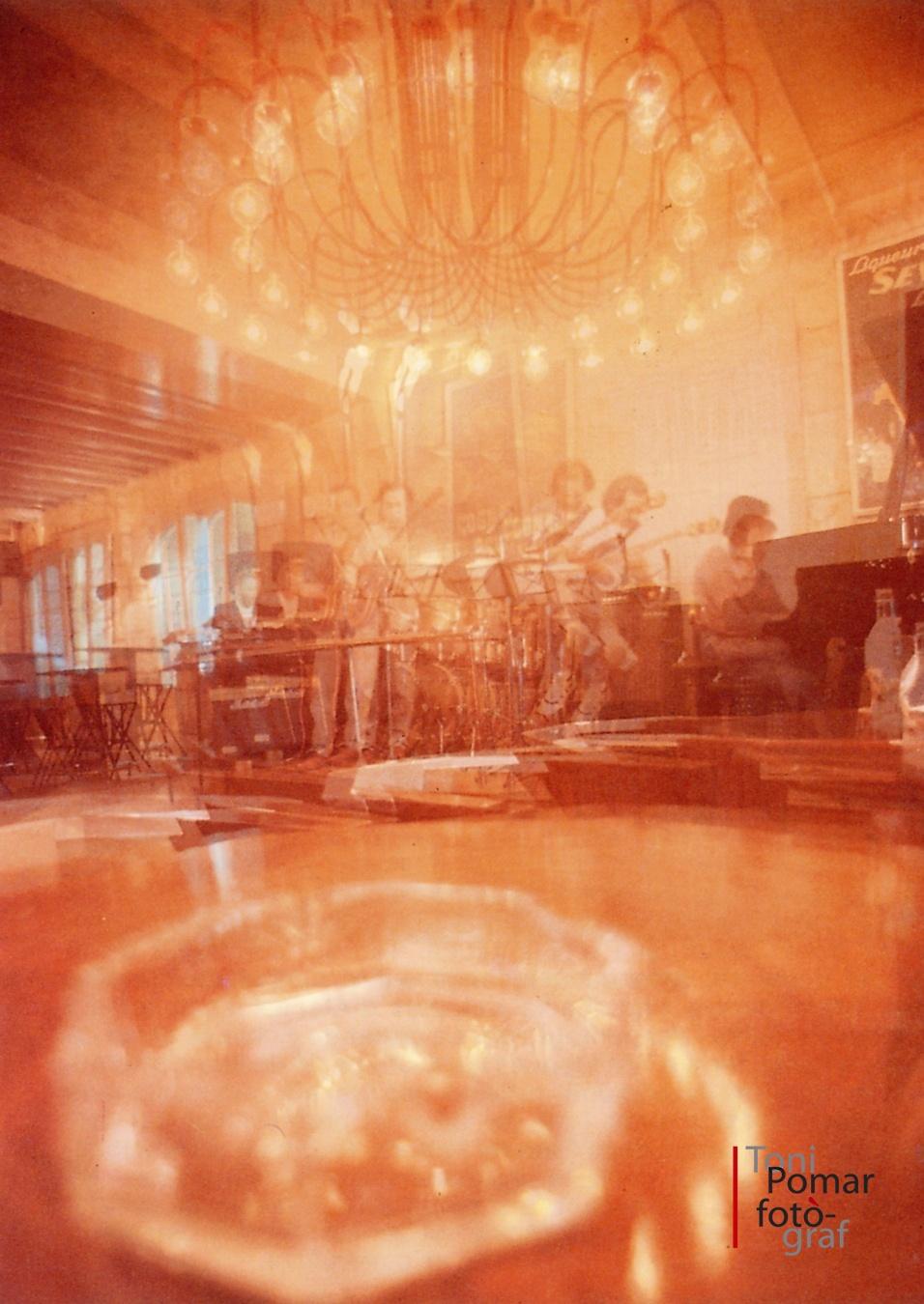 Al cafè del jazz insistia Charlie Parker i em tremolaven els llavis, el foc tancat del sexe - Eivissa as New York - Eivissa as New York