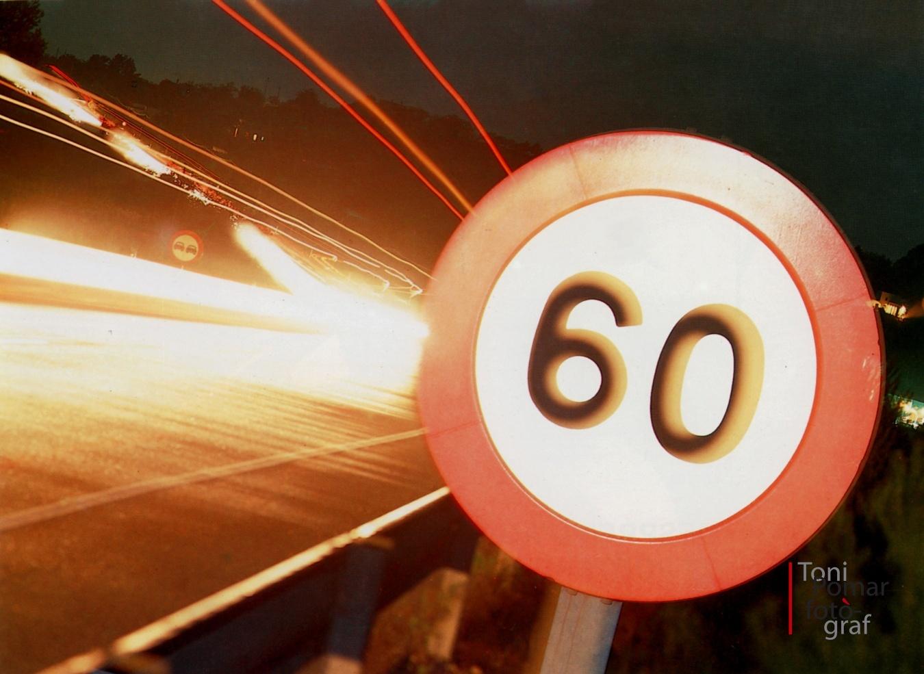 Vora l'autopista que marrcava el número 60, índex màxim de velocitat permesa per la llei i l'ordre - Eivissa as New York - Eivissa as New York