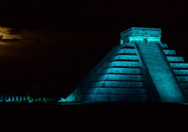 Full moon at Chichén Itzá