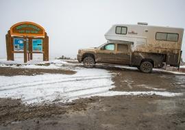 Barro y nieve en el Círculo Polar. Dempster Highway. Yukon