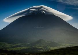 Nube lenticular sobre el Volcan de Pico. Islas Azores