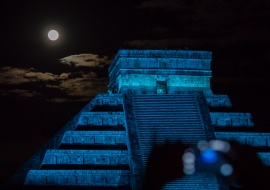 Phone, mayas and full Moon. Chichen Itzá. México